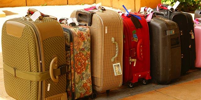 スーツケースに荷物をうまく詰め...